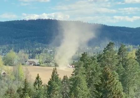 TYPISK FOR ÅRSTIDEN: Ina Charlott Enerly så denne virvelvinden da hun tittet ut gjennom vinduet hjemme i Muserudveien. Se video av fenomenet lenger ned i artikkelen.