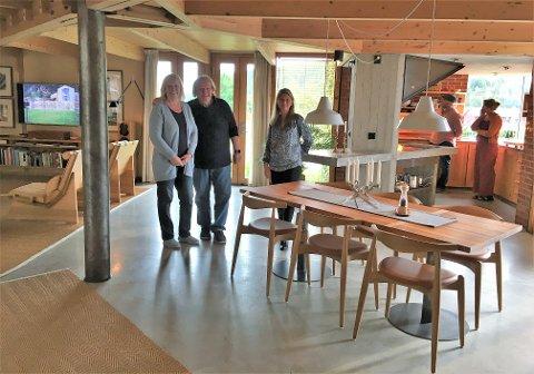 INNE: Ekteparet Kirsten og Rune Drægni sammen med Lene Conradi inne i Atelier Holme. Her er alt av interiør enten tegnet eller valgt ut av arkitekten. Det samme gjelder innredning av kjøkken.