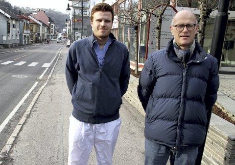 Assisterende kommunelege Andreas Thunes (til v.) og kommuneoverlege Ole Johan Bakke oppfordrer alle innbyggere i kommunen til å følge smittevernsrådene. Bildet er tatt tidligere i år.