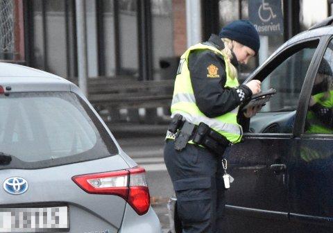 FÅR BOT: Her får en pappa bot fordi barnet ikke hadde på sikkerhetsselen i baksetet. Henriette Stulen er UP-betjenten.