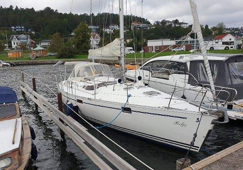 STJÅLET HERFRA: Her, på båtplassen ved Hjertnes båtforenings brygge, lå «Relax». Flere potensielle kjøpere har vært på visning av båten her. Nå er den stjålet herfra.