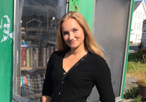 GOD ERFARING: Amanda Eide (22) er godt i gang med jusstudiet i Oslo. Jobbene hun har ved siden av studiet gir henne mye nyttig erfaring som vil komme godt med når hun etter hvert skal i gang med sin yrkeskarrière. – Å jobbe hos Gatejuristen gir meg et innblikk i hvordan virkeligheten faktisk ser ut, sier Amanda, som også jobber litt for  Advokatfirmaet Teigstad.