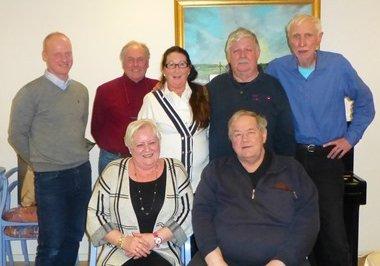 STYRET: Her er det nye styret i Pensjonistpartiet i Sarpsborg. Bak fra venstre Magnus Thue, Ståle Hansen, Else Marie Hagen (leder), Erik Due, sekretær og Rolf Midtvåge. Foran sitter Liv Due og Tom Axelsen.