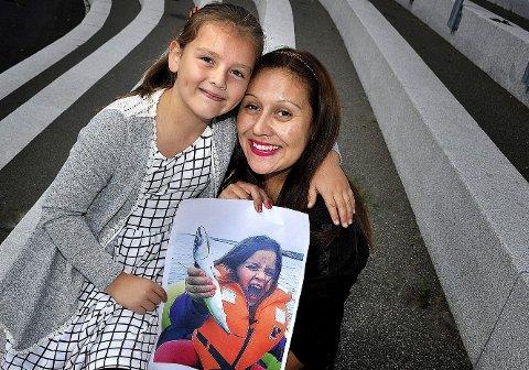 Årets vinner: Estefania Munoz sikret seg hovedpremien i årets Fotosommer i SA med et bilde hun tok av datteren Amanda på fisketur på Hvaler i juni. Begge to ble svært lykkelige da de fikk gladmeldningen fra avisen. Foto: Jarl M. Andersen