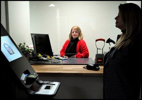 Superbruker Ramona Halsan (t.h.) tester ut den hypermoderne biometriske passmaskinen, mens saksbehandler på pass ved forvaltningsenheten i Øst politidistrikt, Ann-Karin Vedal Moen følger med at det fungerer som det skal.