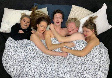 Hva skjedde? Årets Greåker-russerevy handler blant annet om å nøste opp i hvordan disse fem har endt opp i samme seng.