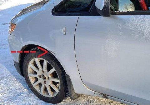 Bilen fikk merke i hjulbuen etter sammenstøtet.