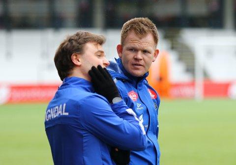 FAST INVENTAR: Sondre Skrede (31) har blitt ein permanent del av trenarapparatet rundt a-laget til Sogndal Fotball denne sesongen. Her saman med fysioterapeut Sondre Sjøgren Jakobsen.