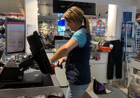 TURUTSTYR: Elisabeth Nygård hos Sport 1 scannar ein gassbehaldar til stormkjøkken for ein kunde.