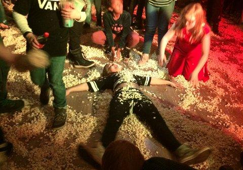 Noen lager snøengler i januar. På Nesvang lager man popcornengler. Scroll videre for å se flere bilder fra popcornpartyet.
