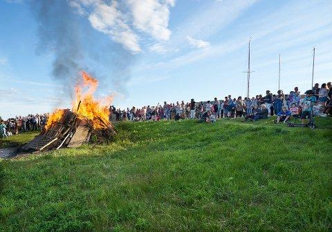 Sankthansfeiring er populært i Svelvik, og det blir stemning i år også, men bare litt annerledes. Her fra Batteriøya i fjor.
