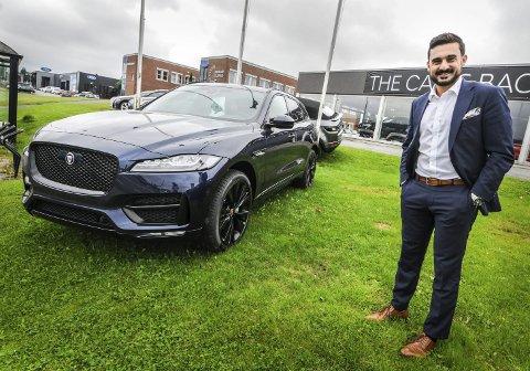 FOR ALLE: Før var Jaguar forbeholdt noen få, nå har også «mannen i gata» råd til å kjøpe seg en Jaguar, når produsenten har lansert rimerligere modeller. Her viser salgssjef Aziz Chaer riktignok en av de dyrere modellene.FOTO: Marie Edholm Andresen