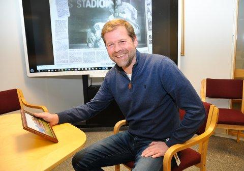 GODE MINNER: Kurt Semb kommer aldri til å glemme kampene mot Tottenham på 90-tallet. Her med et bilde fra kampen i 1996 og i bakgrunnen TA-oppslaget etter kampen i 1993, som blant annet inneholdt Semb-scoring. Foto: Kristian Holtan