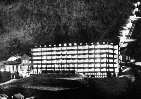 RJUKAN:Eksteriør av Norsk Hydros fabrikk for tungtvann på Vemork ved Rjukan, trolig fotografert like før 2. verdenskrig. (Nøyaktig dato ukjent, bygningen ble revet i 1977) Sabotasjen mot tungtvannsfabrikken på Vemork ved Rjukan fant sted natt til 28 februar 1943. Produksjonen av tungtvann var av stor betydning for de tyske forsøk på å framstille atomvåpen. Foto: NTB Arkiv / Scanpix