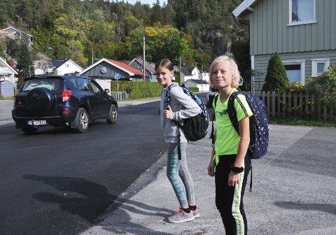REDD FOR VEIEN: Dette er to av barna som må over veien på Skotfoss. - Vi føler oss ikke trygge, sier Victoria og Celine (t.h.). De er henholdsvis 11 og 10 år.