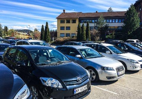 TRANGT OM PLASSEN: Det var totalt 13 ledige parkeringsplasser ved Notodden sykehus da Telen sjekket ved 10-tiden onsdag formiddag. Mandag ved 09-tiden var det ikke en ledig plass å oppdrive, ifølge Telens leser.