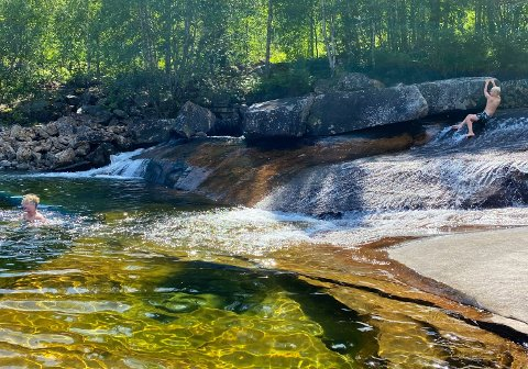 LEK OG MORO: I Attrå har naturen skapt et badeland i fjellgrunnen.