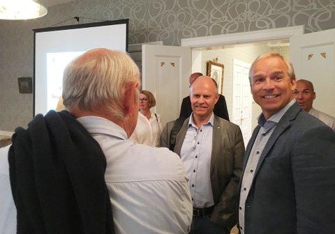 Leder i finanskomiteen, KrFs Hans Olav Syversen (til høyre) under besøket i Festiviteten tirsdag.