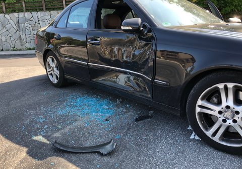 SKADE: En betydelig bulk på den ene bilen, der det satt to personer inni.
