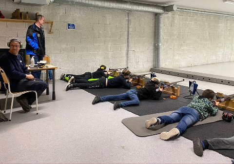 KLAR: Standplassleder Axel og medhjelper Hans Christian Hårstad som har orden på skuddene. Hver skytter skal nå sende av gårde 35 skudd, forhåpentlig med maks uttelling.