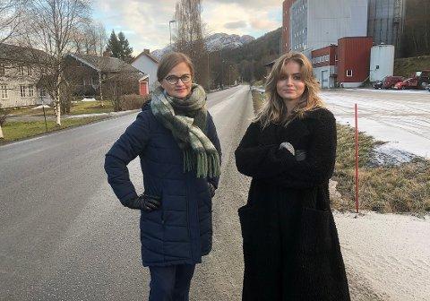 STÅR PÅ: Ordfører Margrethe Svinvik (Sp) og leder i ungdomsrådet Hedda Edvardsen lover at Surnadal skal stå på for å sikre at gangvegprosjektet gjennom Røv blir realisert. Prosjektet står på førsteplass i investeringsprogrammet for gang- og sykkelveger i Møre og Romsdal.