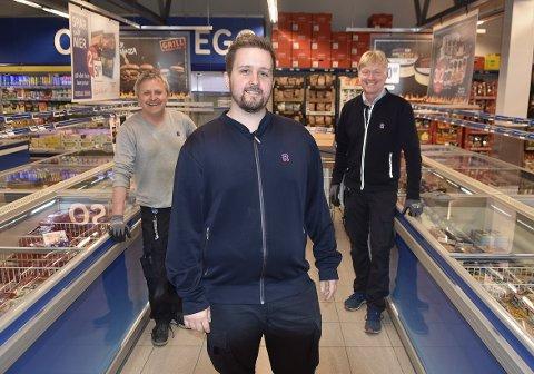 ARVTAKER: Ole Erik Hoem Hønsvik (i midten) tok over Rema 1000 i Surnadal 25. mai i fjor, etter at franchisetakere Olav Heggset (bak til venstre) og Lars Jakob Høvik ikke forlenget avtalen etter henholdsvis 10 og 20 år som drivere. Nå må Hønsvik kaste inn håndkleet på grunn av ryggtrøbbel.