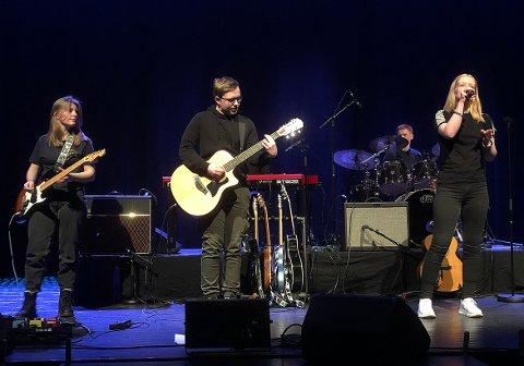 PÅ SCENEN: Endelig kunne bandene spille med publikum i salen igjen. – Litt nervøs, men mest gøitt, slår vokalist Ida Mo (til høyre) fast. Hun er med i bandet Echo sammen med Mette Madaus (til venstre), Olav Gjerstad Lindvåg (gjestegitarist), Johanne Holten (skjult bak) og Sigve Holten.