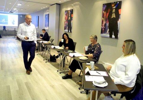 Ordfører Kjell Neergaard i Kristiansund i dialog med Berit Tønnesen (Ap) til venstre, Birgit Oline Kjerstad (SV) og Line Karlsvik (SV). I bakgrunnen Jan Steinar Engeli Johansen (FrP).
