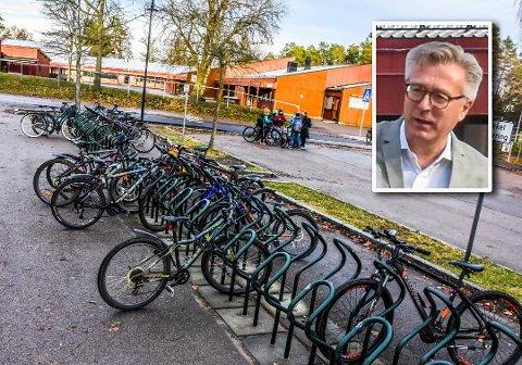BESKYTTER ELEVENE: Eik skole får snart installert et overvåkingskameraer som skal speide over skoleplassen og sykkelparkeringen. Rektor Håkon Follesø håper dette vil stanse uønsket oppførsel og hærverk.