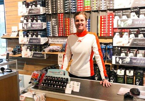 UNDER OPPLÆRING: Tonje Daffinrud i sin nye jobb i proshopen på Haga Golfklubb mandag. Golfproffen reiser til vanlig hele verden rundt for å spille golf og tjene penger. Nå er alt satt på vent.