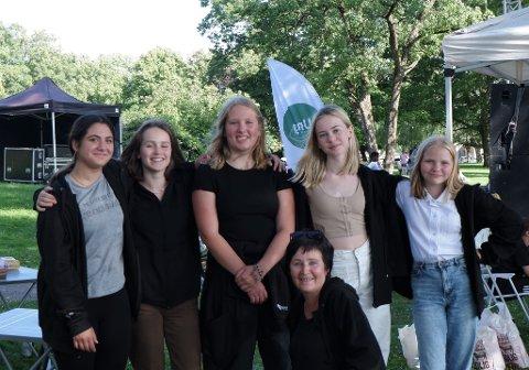 ARRANGØRER: Disse ungdommene, med Elisabeth Dyre-Hansen i front, står bak årets UNG-festival i Gunnarsbøparken.