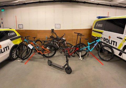 BESLAG: Dette er noen av syklene som politiet i Stjørdal har beslaglagt etter at tre menn ble pågrepet i Stjørdal denne uka. Forsikringsselskapene forteller at verdien på stjålne sykler er høy.