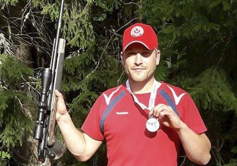 Vant: Marius Sørensen med gullmedaljen han fikk i det nordiske mesterskapet i Finland. Han vant en av de fire disiplinene, skyting med rifle på rådyrfigur. Privat foto