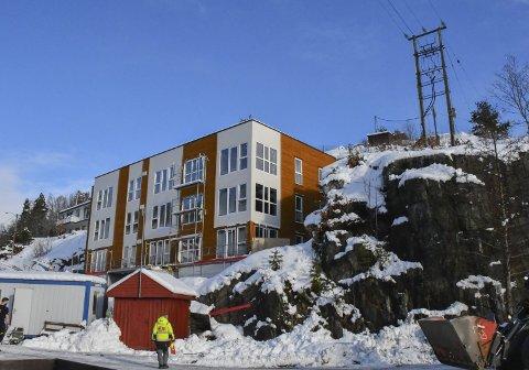 Tjennabakken: Høyspentmasten til høyre i bildet skal fjernes. Da kan også mye av fjellet sprenges vekk.Foto: Mette Urdahl