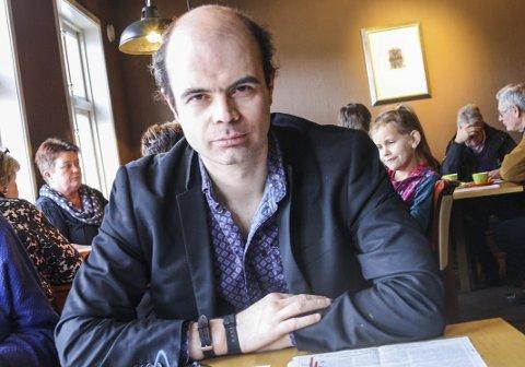 Hans Olav Lahlum: - Krimfestivalens far er en raus og kunnskapsrik bokbadet og en engasjerende Quiz-master under det kriminelle måltidet på Bokhotellet. Han forteller selvsagt også om sitt eget forfatterskap, sier Solveig Røvik.Arkivfoto
