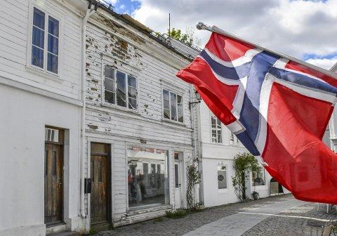 Dårlig tid: Gårdeier Dag Angell Strand skal ha lovet kommunen å male fasaden på Hovedgata 33 før 17. mai. Foto: Mette Urdahl