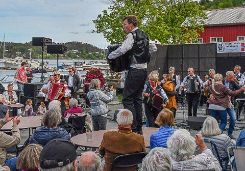Fullt trøkk: Lindesnes Trekkspillklubb leverte på lørdagens konserte på brygga. Her med ett av bandmedlemmene, Vegårsheis tidligere rådmann Ståle Kongsvik.