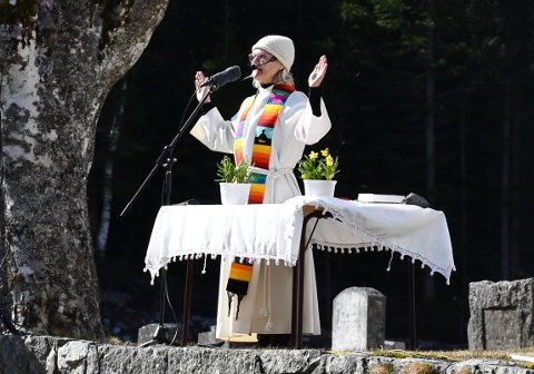 Kirkeklokkene ringte som ved en vanlig gudstjeneste. Presten Anette Spilling holdt en litt forkortet gudstjeneste.