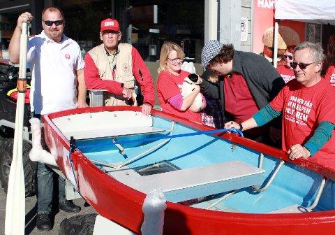 Røde Kors har fått en båt i gave av familien til Kjell Ola Hagen. Her er fra venstre Rune Fremgaard, Erik Råheim, Unni Skjerstein Valland og Per Valland, samlet rundt båten som har fått navnet «Kjell».