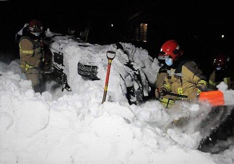 """Holdt varmen: Brannmannskapene holdt varmen ved å grave fram to biler og finne både """"omkomne"""" og """"overlevende""""."""