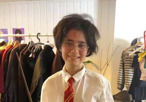 MAGISK SAMARBEID: Søndag gjør Nittedal Teater musikal av Harry Potter i samarbeid med Nittedal og Hakadal Janitsjar. Her ser vi hovedpersonen Harry Potter alias Ida Stemland fra en kostymeprøve.
