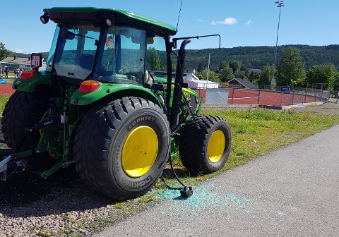 HÆRVERK:Traktor med knust sidevindu tirsdag morgen på sentralidrettsanlegget på Rotnes.
