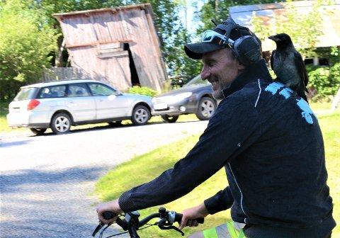 RADARPAR:Erik Trehjørningen på sykkeltur med Roger.