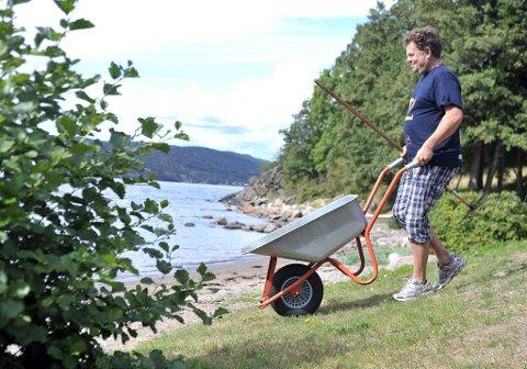 TAKKER FOR SEG: Ildsjel Anders Jakobsen takker nå for seg, og har sagt fra seg driften av kiosken på Krokstrand. Bildet er fra en tidligere anledning hvor han ryddet stranden.