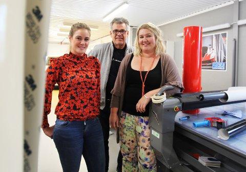 FORNØYDE MED ARBEIDSPLASSEN: De er enige om at det er viktig å trives på jobb: Linn Marie Corneliussen, prosjektleder ved Folkebadet Sandefjord, gründer Yngve Kapstad og Marit Holen, prosjektleder og designer ved Folkebadet Porsgrunn.