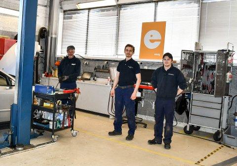 KLARE: Tore Almsås, Piotr Wygonowski og Pål-Bendik Iversen er klare til å ta i mot din bil i Easy Verksted, som er Bilservices nye satsing i bilverkstedbransjen.