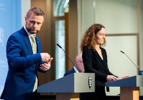 Helse- og omsorgsminister Bent Høie og direktør i Folkehelseinstituttet, Camilla Stoltenberg under tirsdagens pressekonferanse.