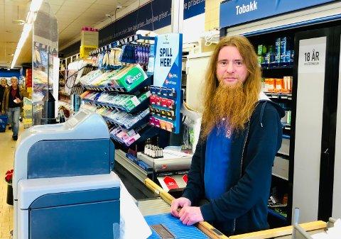 Adrian Santa hos Rema 1000 i Dyrløkkeveien sier de vil fortsette med håndspriten og plexiglass i butikken en stund til.