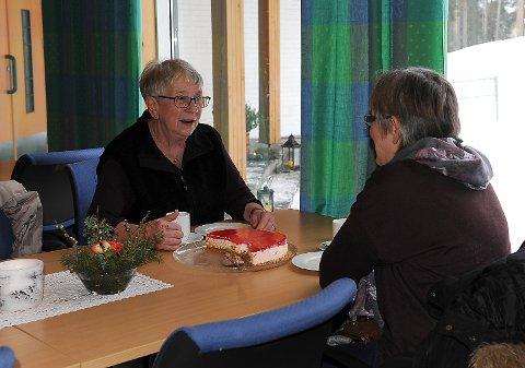 Ellen og Ingrid Anne Langøien fra Os, koser seg med kaffe, kaker og en god prat.