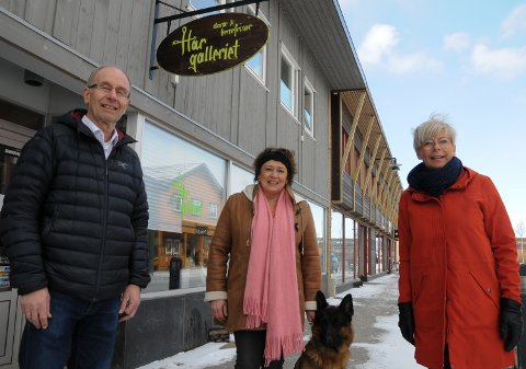 YRKESFORBUD: Arne Holberg, May Anny Sageng (med schâferen Marco) og Gjertrud Graneng Westum i Hårgalleriet på Tynset har nesten 150 år som frisører til sammen.